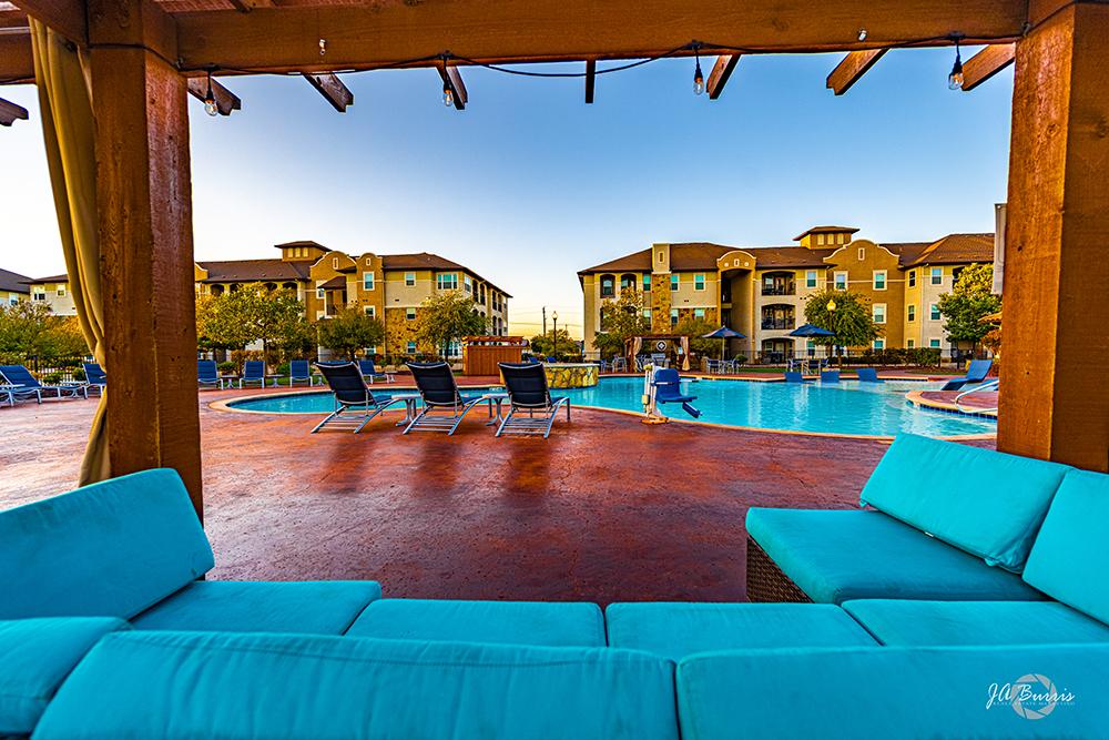 Sunset Lodge - poolside patio